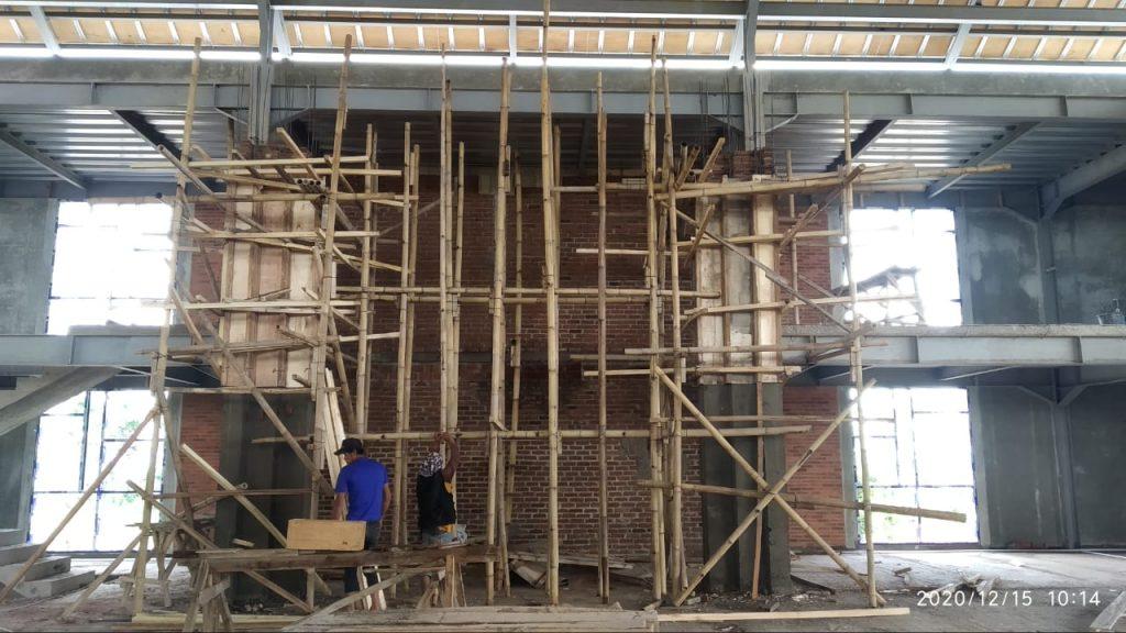 Pengerjaan pemasangan granit Mihrob Masjid Percikan Iman